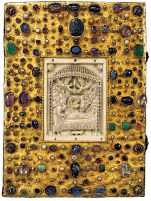 Aufwendig gestaltete Einbände waren Teil des Bildprogramms vor allem karolingischer und ottonischer Prachtcodices und trugen zu deren Exklusivität bei. Hier das Evangeliar Ottos III. (Reichenau, um 990).
