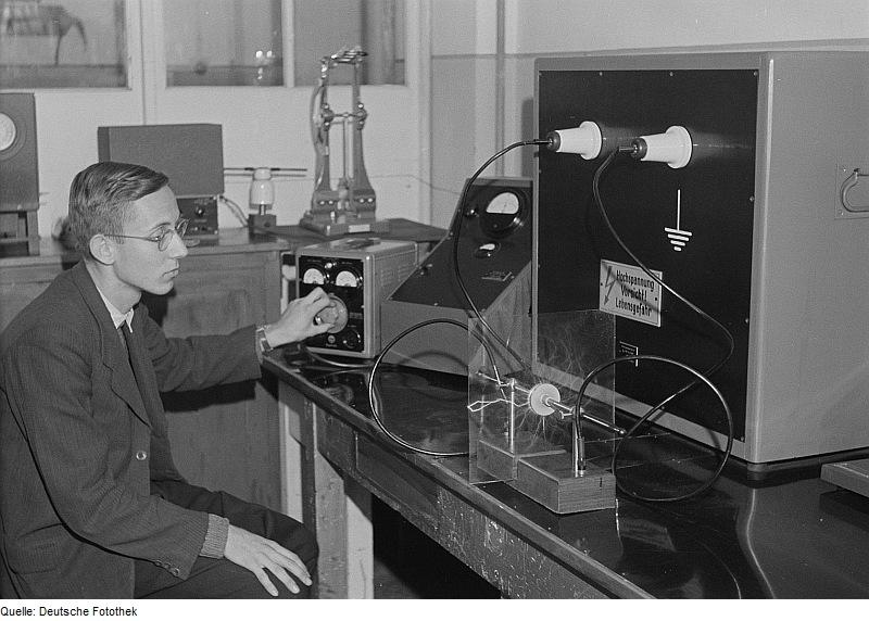 File:Fotothek df roe-neg 0006213 011 Porträt eines Physikers vor einer wissenschaftli.jpg