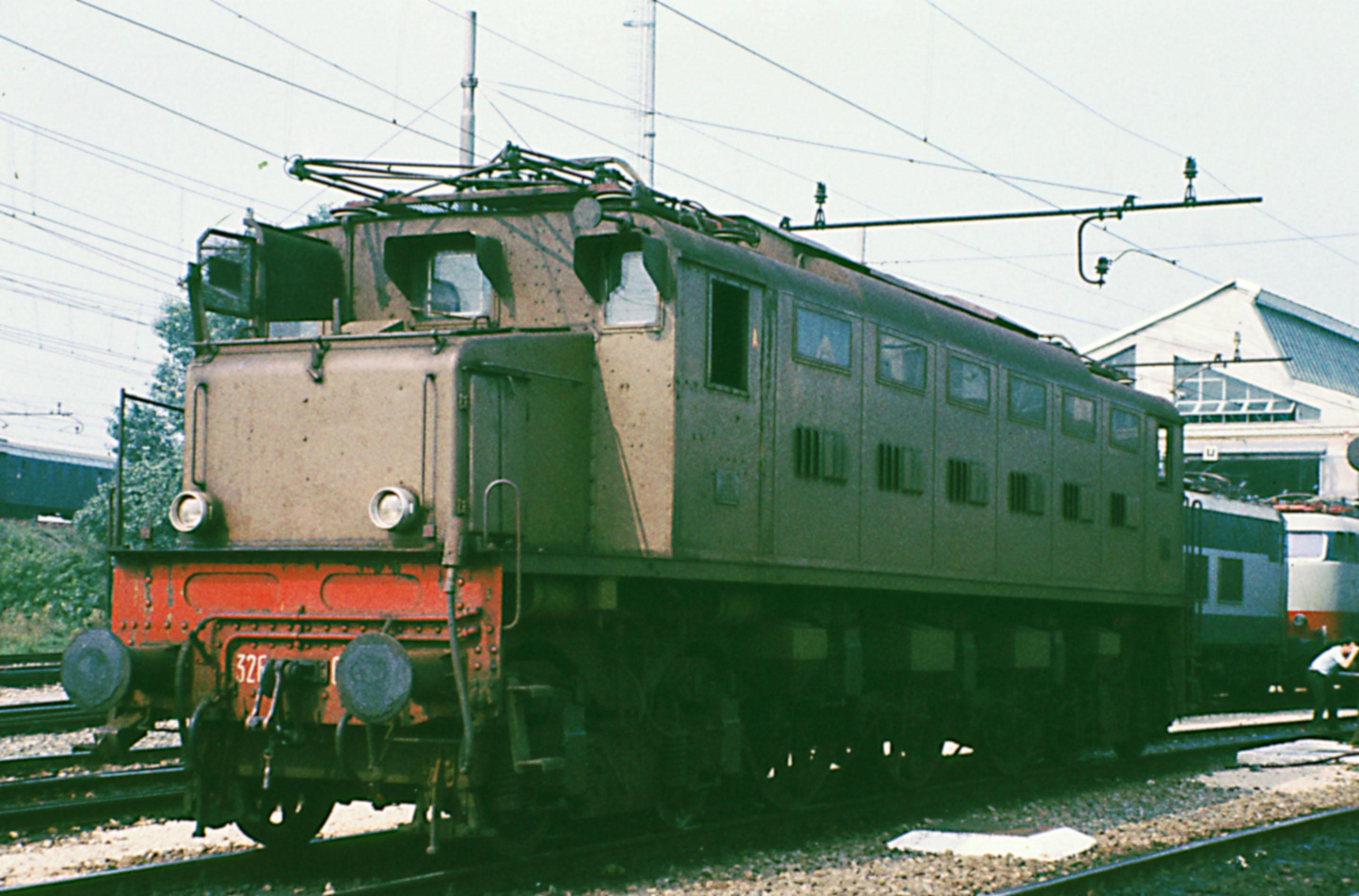 File:Locomotore E326.jpg - Wikimedia Commons