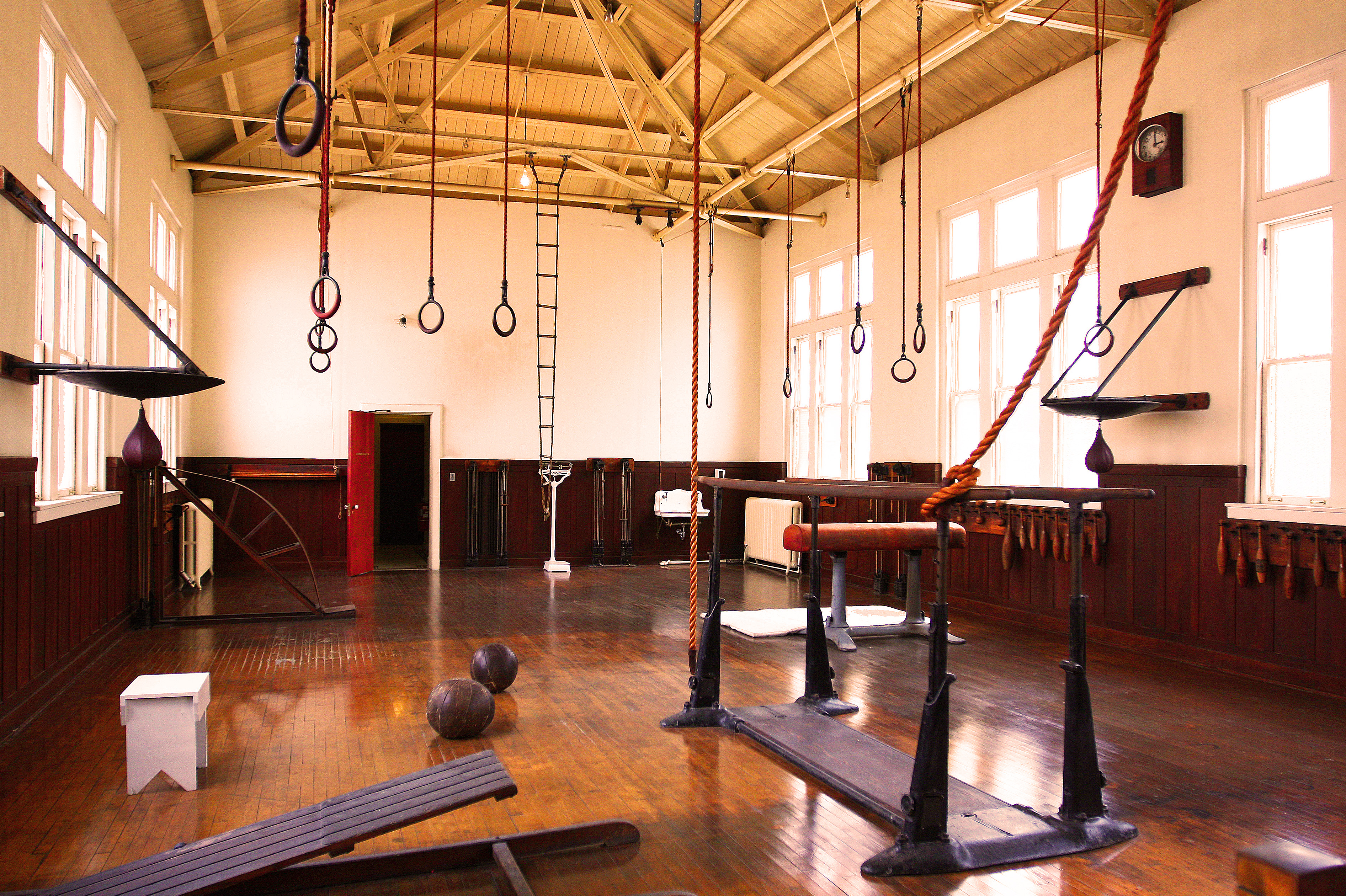 File old fashioned gym  g wikimedia commons