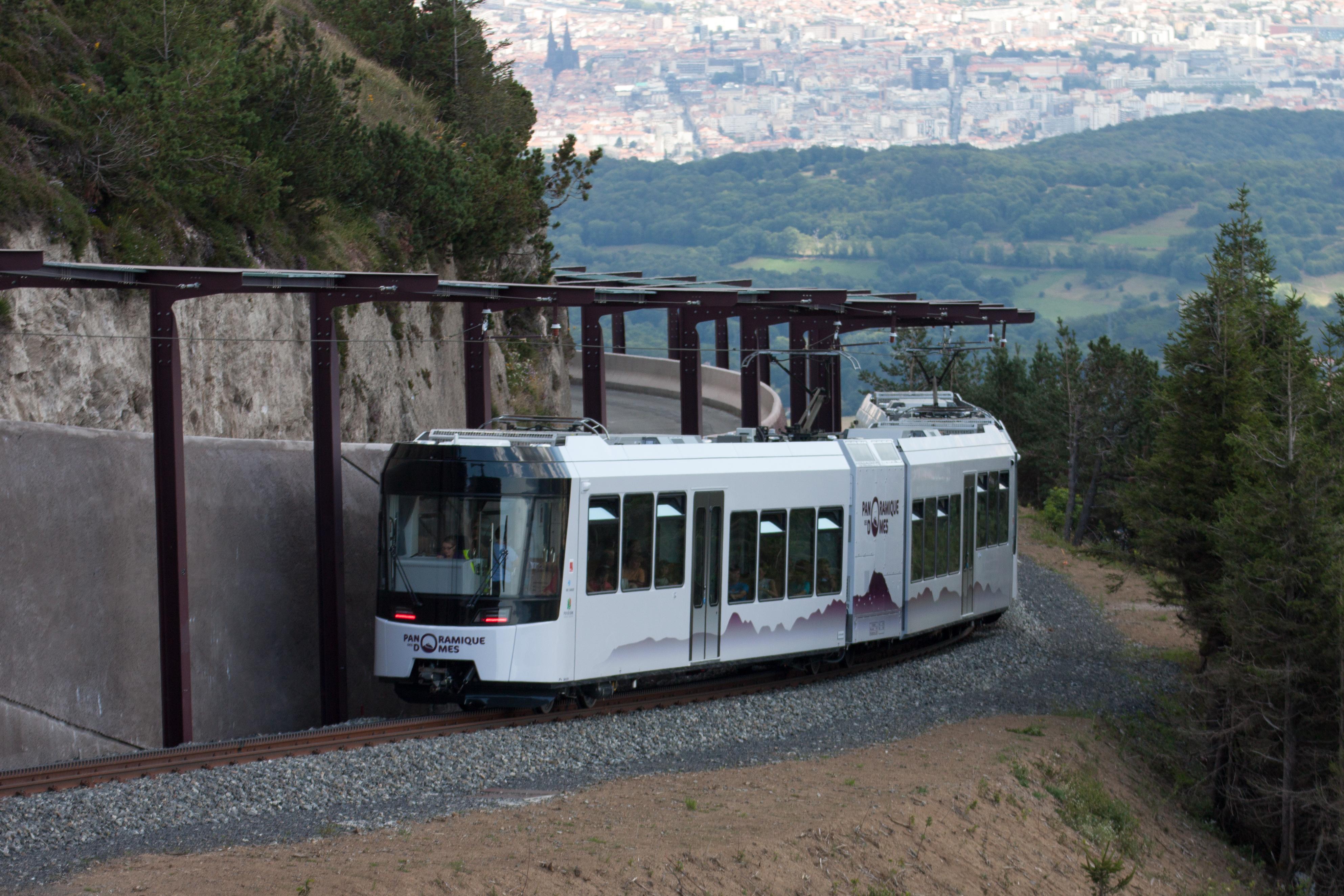 File panoramique des d mes arriv wikimedia commons - Puy de lumiere ...