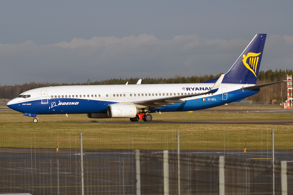 File:Ryanair (Dreamliner livery), EI-DCL, Boeing 737-8AS