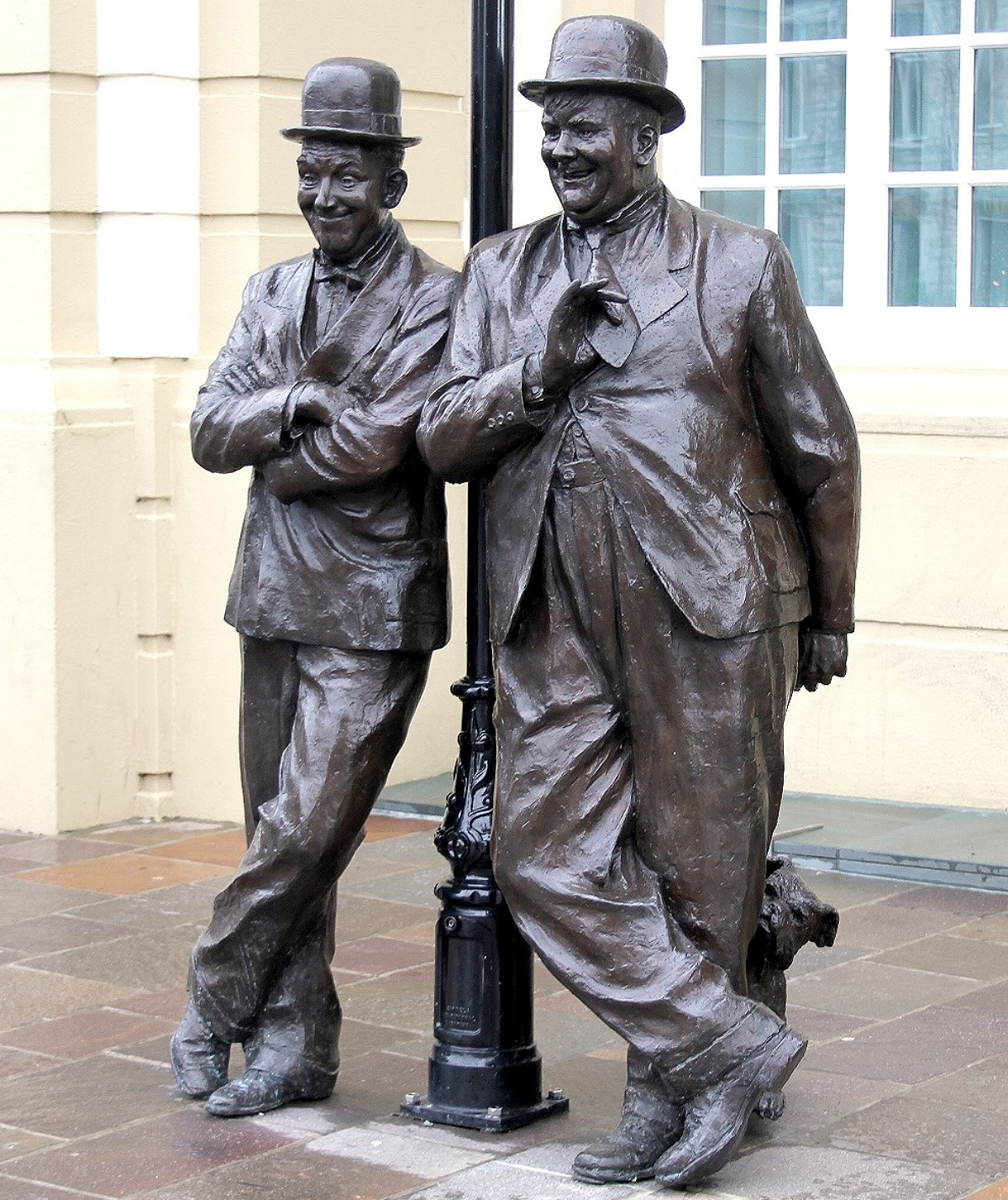 File:Statues of Stan Laurel and Oliver Hardy.jpg - Wikimedia Commons