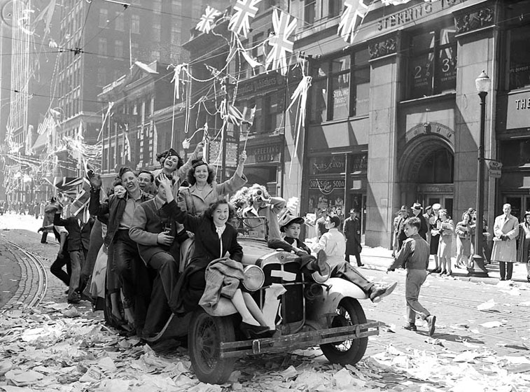 File:VE Day celebrations on Bay Street 1945.jpg