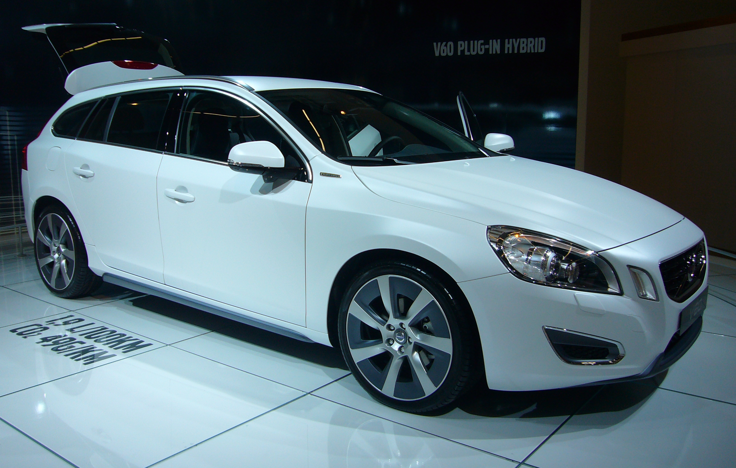 file volvo v60 plug in hybrid front quarter jpg. Black Bedroom Furniture Sets. Home Design Ideas