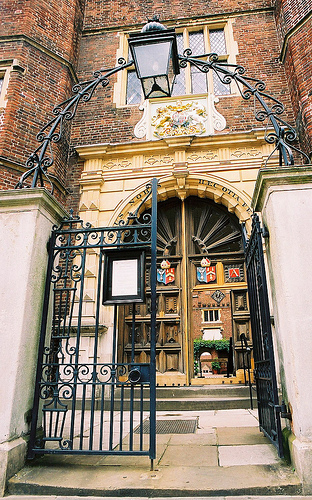 The gate of Abbot's Hospital, Guildford Abbotshospital.jpg