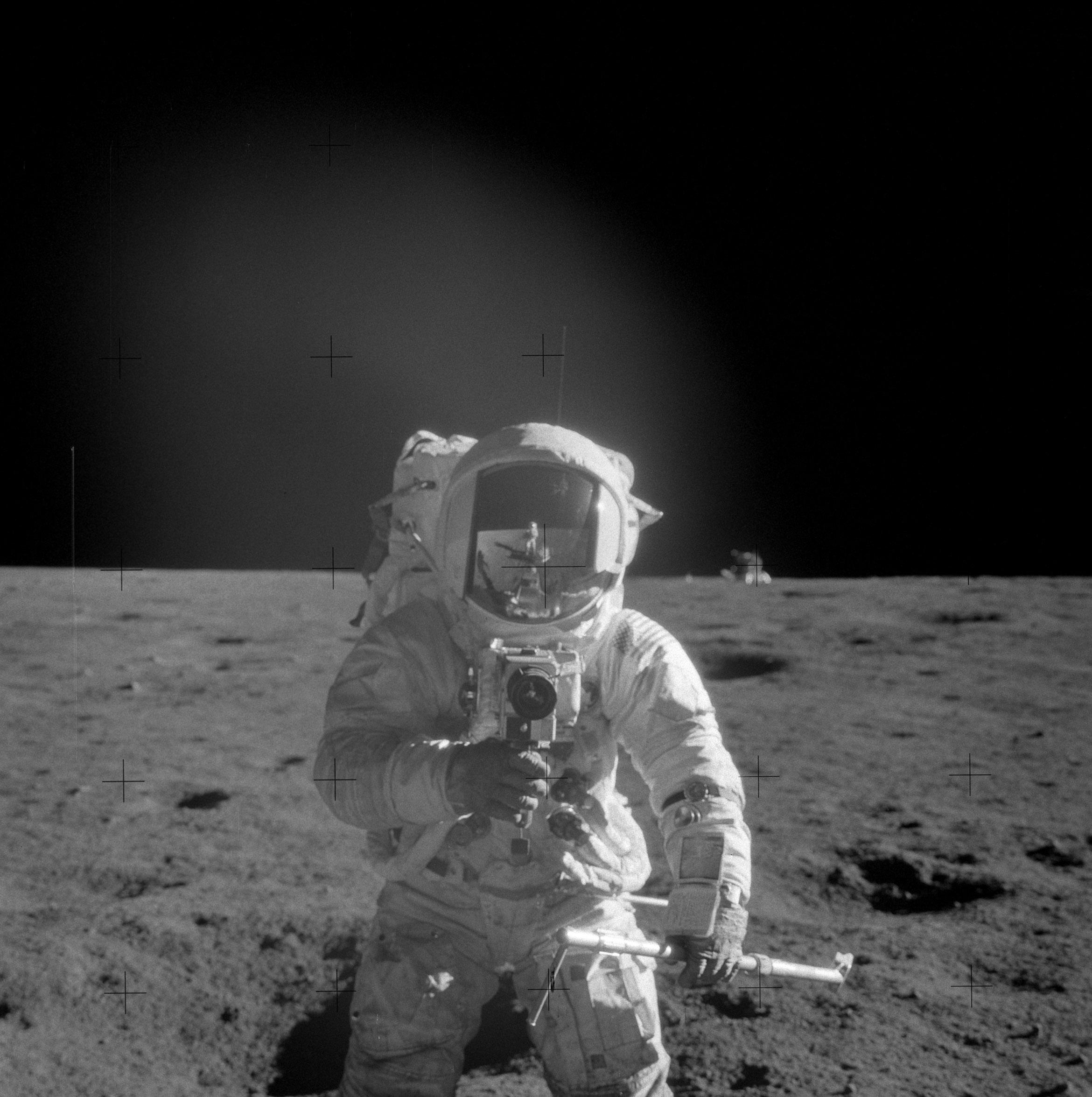 Apollo 12 (1969) Al%27s_picture_of_Pete_taking_Al%27s_picture