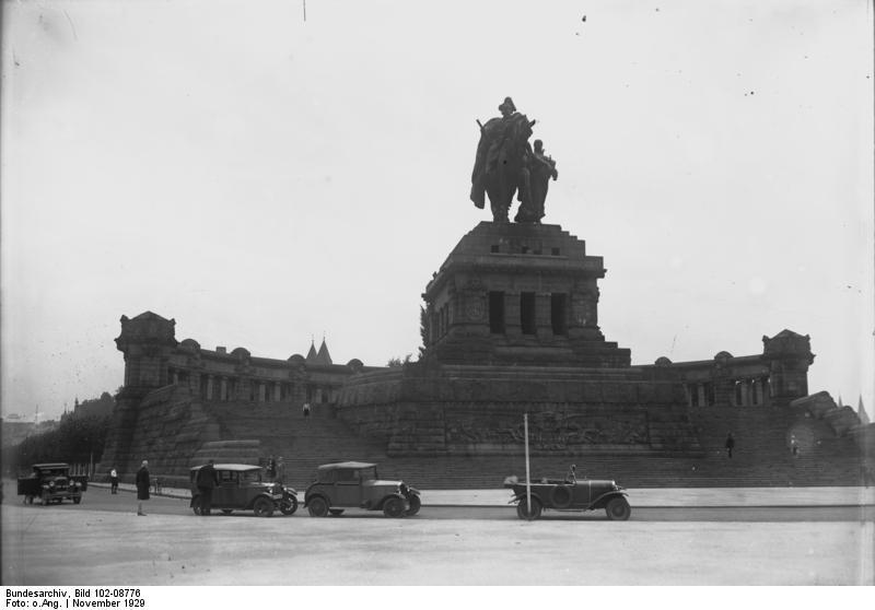 Koblenz, Deutsches Eck. Historische Aufnahme im Besitz des Bundesarchivs: Bild 102-08776