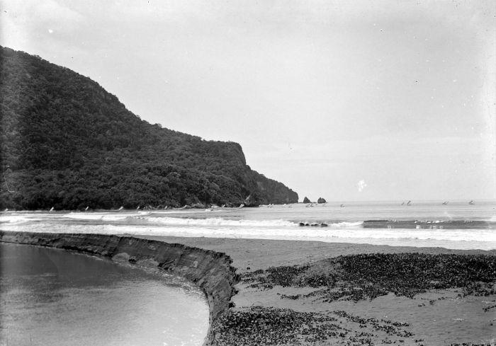 File:COLLECTIE TROPENMUSEUM Gezicht vanaf het strand van Poeger op de zeilen van binnenkomende prauwen TMnr 10018558.jpg