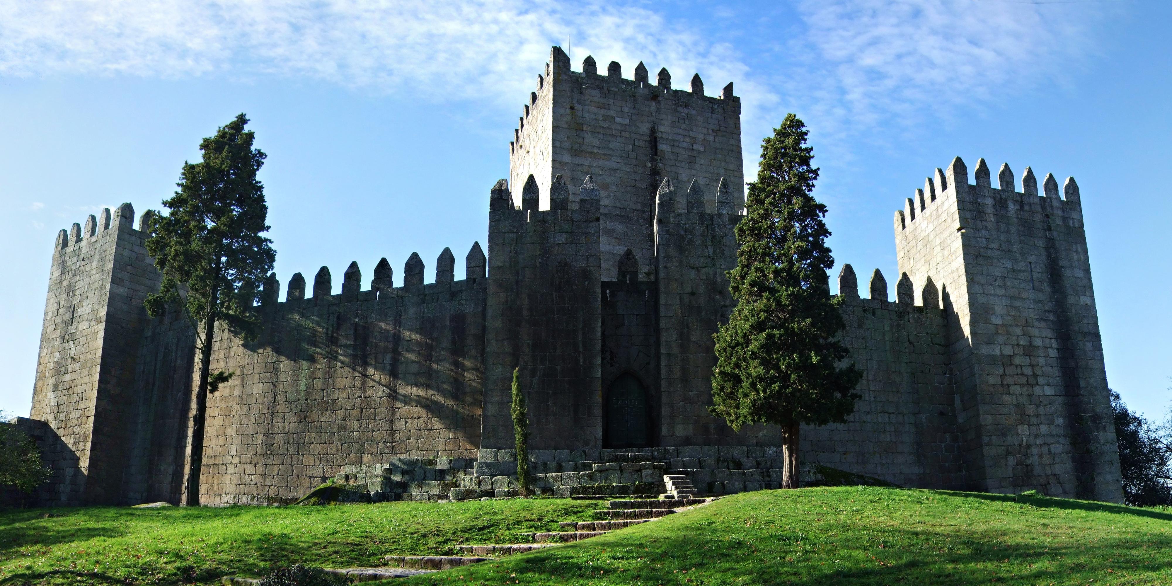 Guimaraes Portugal  city photo : Castelo de Guimaraes Wikimedia Commons