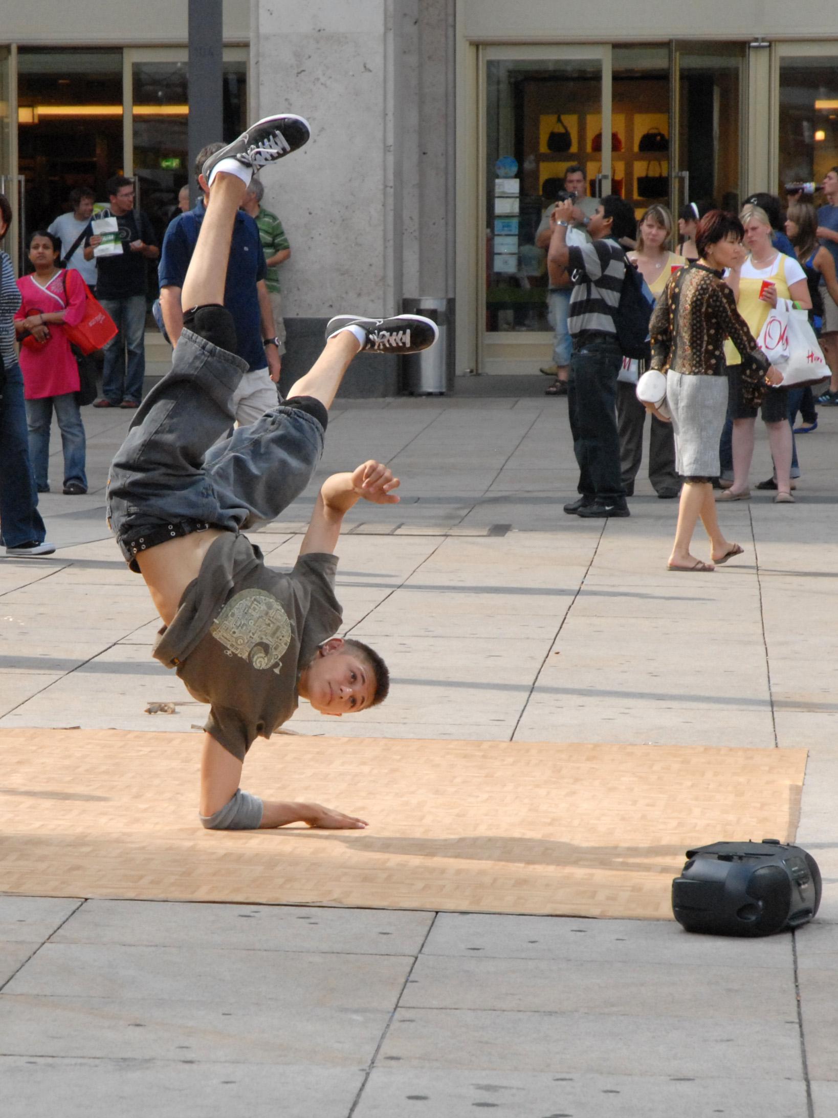 file danseur de hip hop sur lalexander platz  berlin   2706201954  jpg