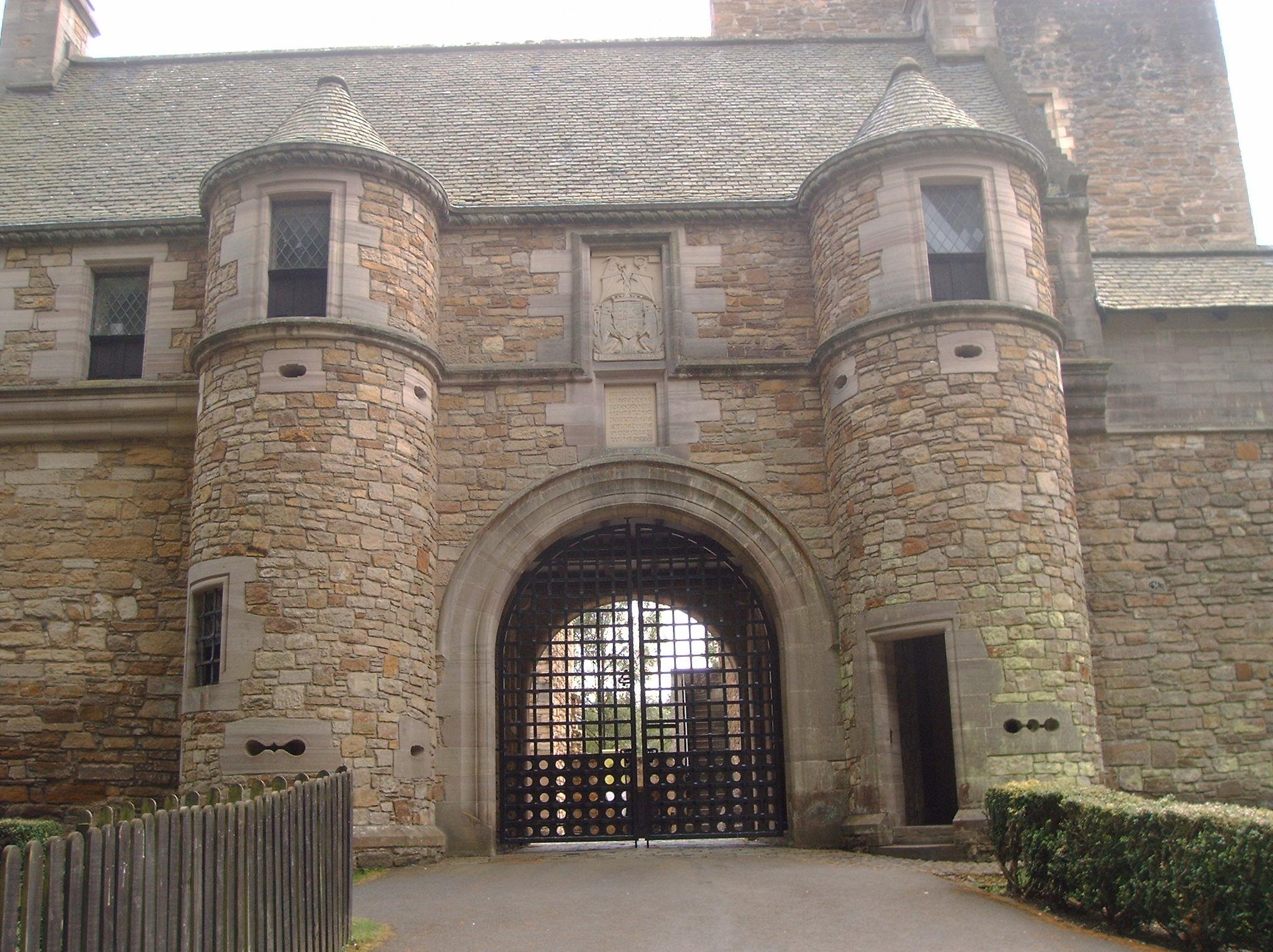 File:Dean Castle Gatehouse.JPG - Wikimedia Commons
