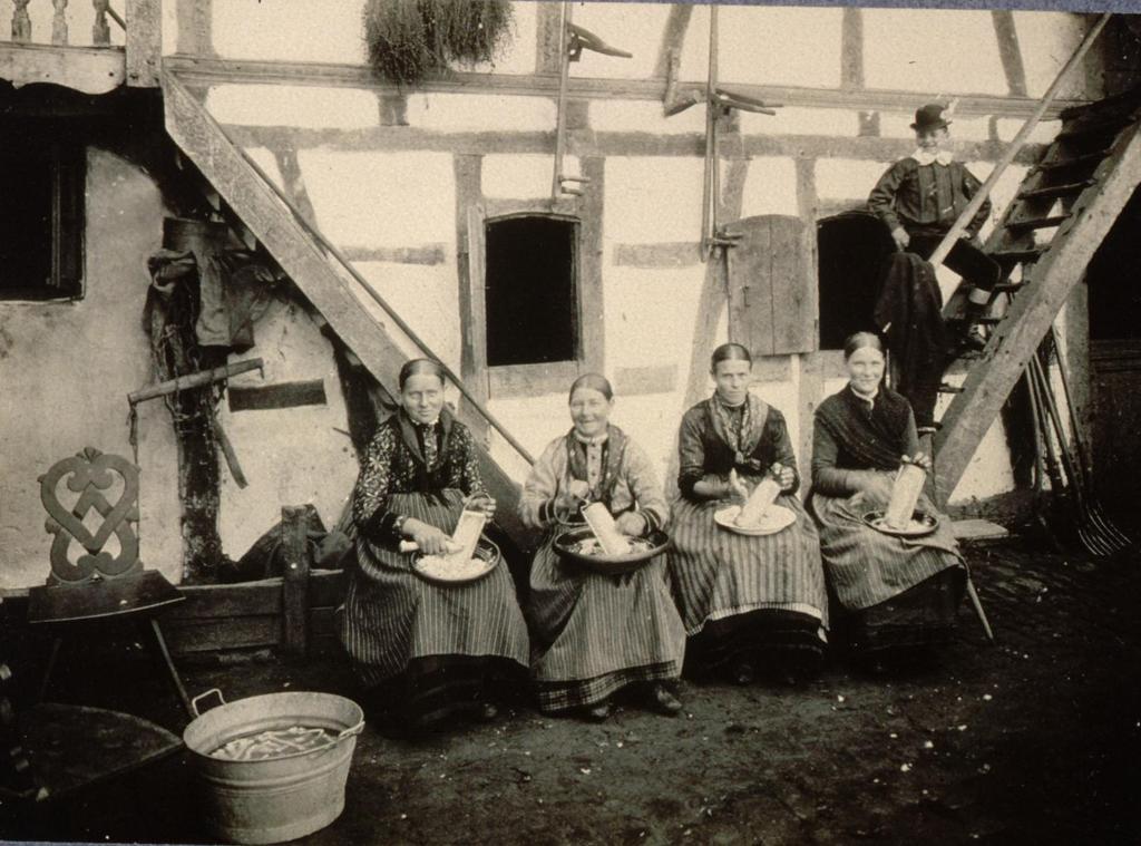 Femmes en costume de travail râpant du raifort Engwiller 1909.jpg