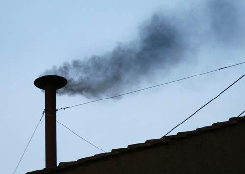 Fumata negra de la Capilla Sixtina.
