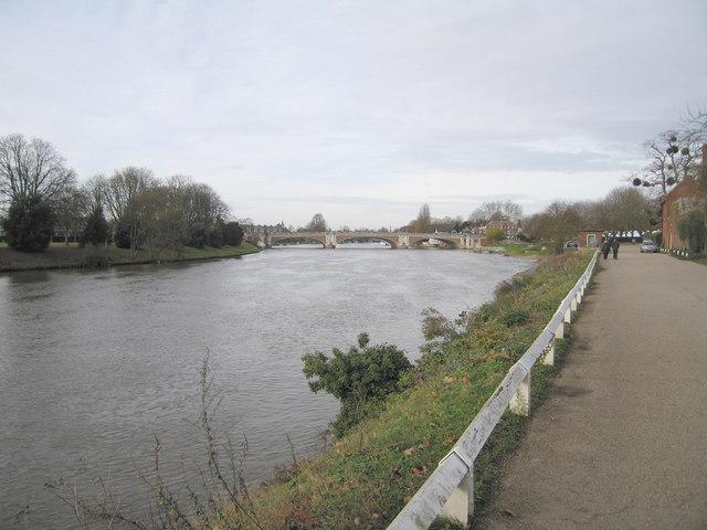 Hampton Court Bridge - geograph.org.uk - 620403