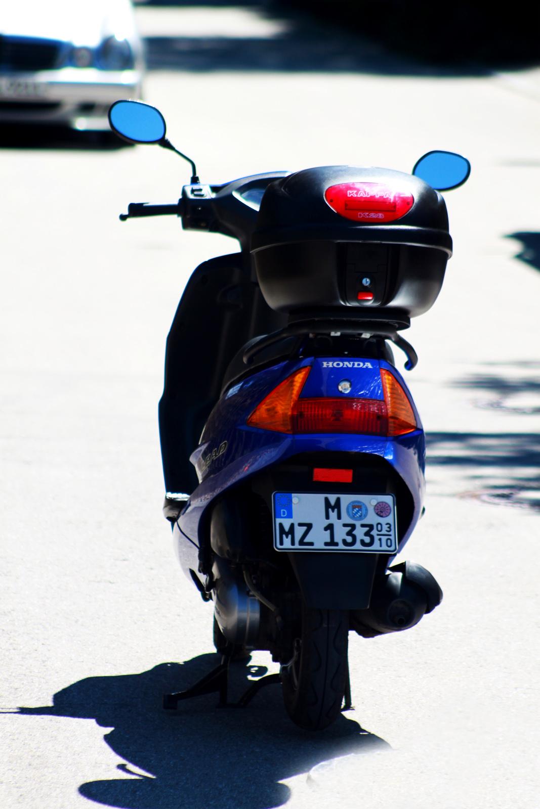 File:Honda Roller SCV 100 Lead back Michael Kartenhauser kreartive de.jpg