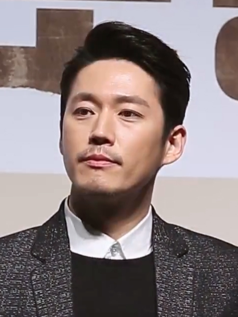 The 41-year old son of father (?) and mother(?) Jang Hyuk in 2018 photo. Jang Hyuk earned a  million dollar salary - leaving the net worth at 6 million in 2018