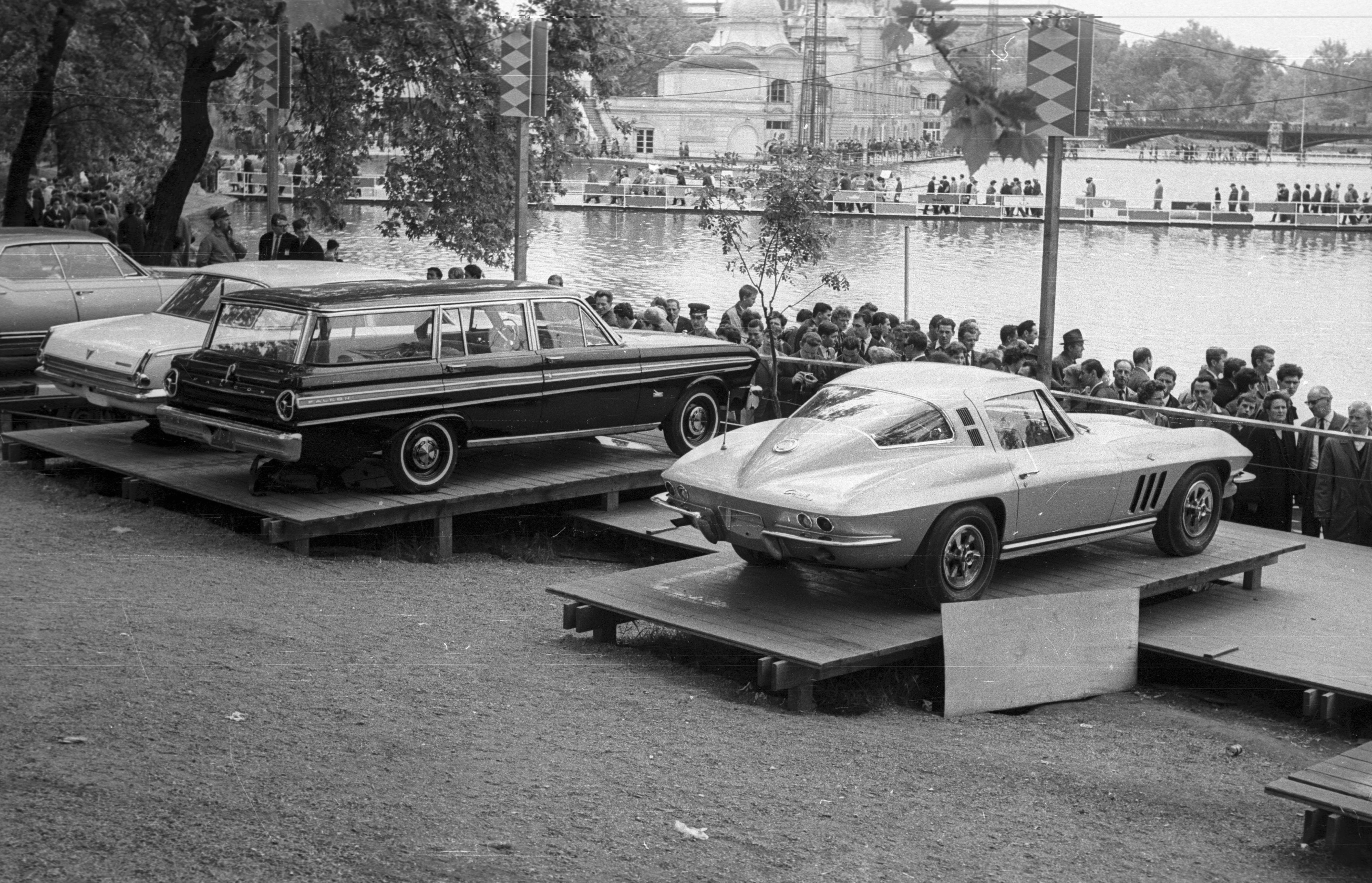 File:Jobbról- Chevrolet Corvette Coupe, Ford Falcon Futura