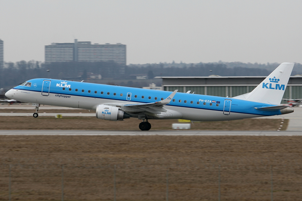 https://upload.wikimedia.org/wikipedia/commons/5/56/KLM_Cityhopper_E190_PH-EZA.jpg
