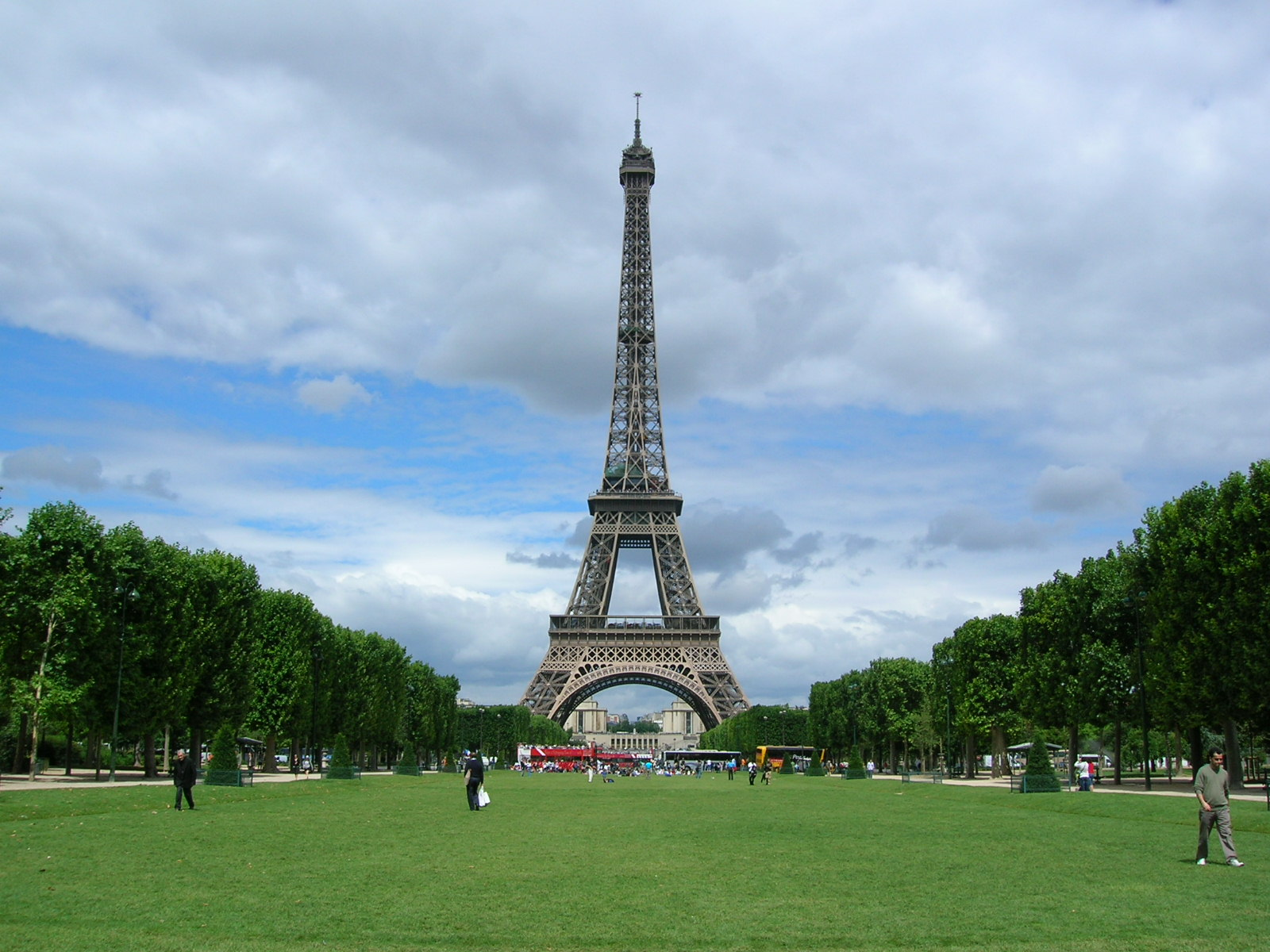 file le tour eiffel from le champs de wikimedia. Black Bedroom Furniture Sets. Home Design Ideas