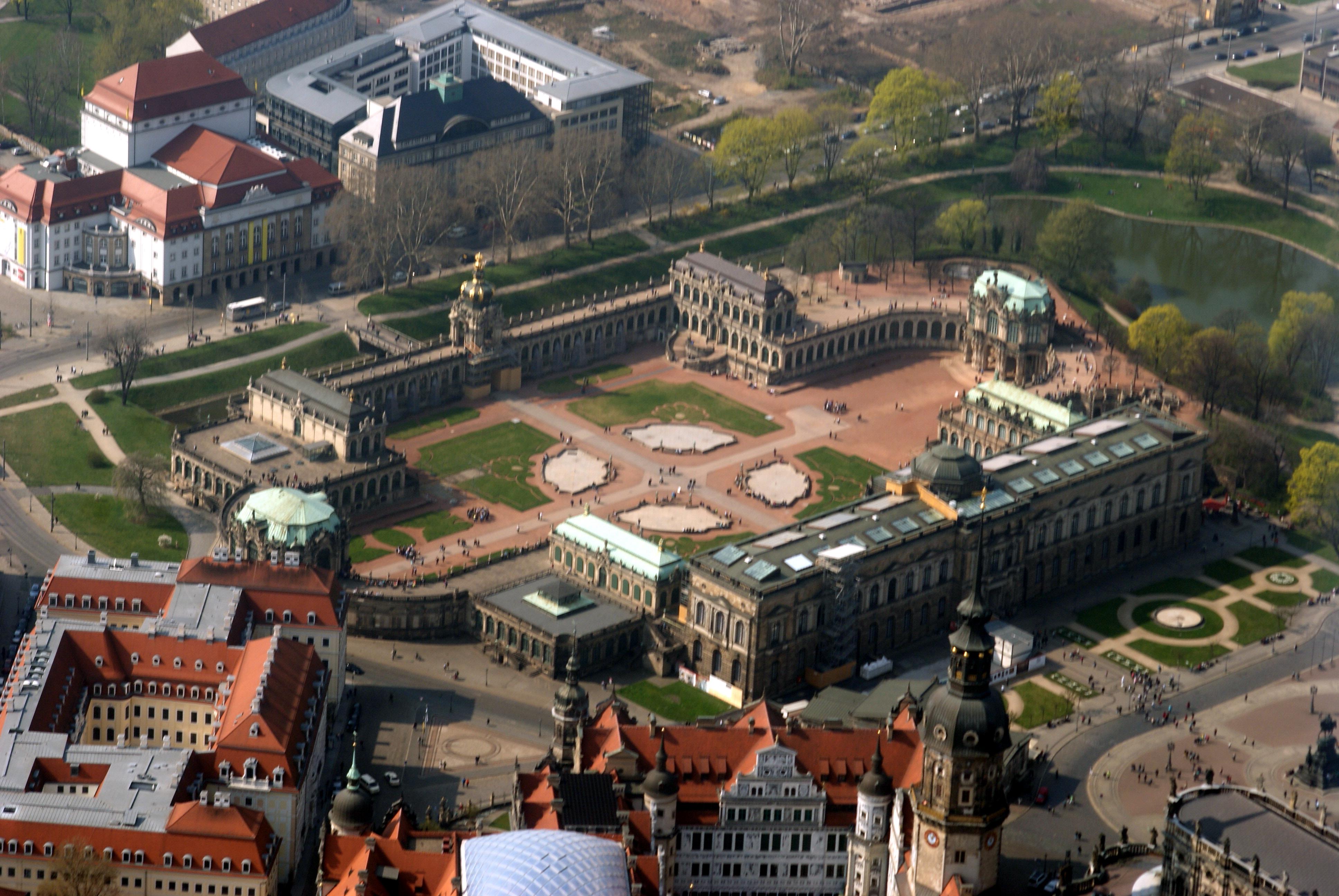 https://upload.wikimedia.org/wikipedia/commons/5/56/Luftbild_Zwinger_Dresden_2014-03-29.jpg