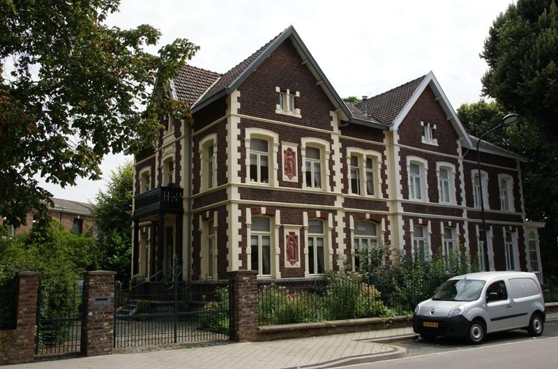 Villa gesitueerd buiten de voormalige akerpoort langs de verbindingsweg naar heugem gebouwd - Buiten villa outs ...