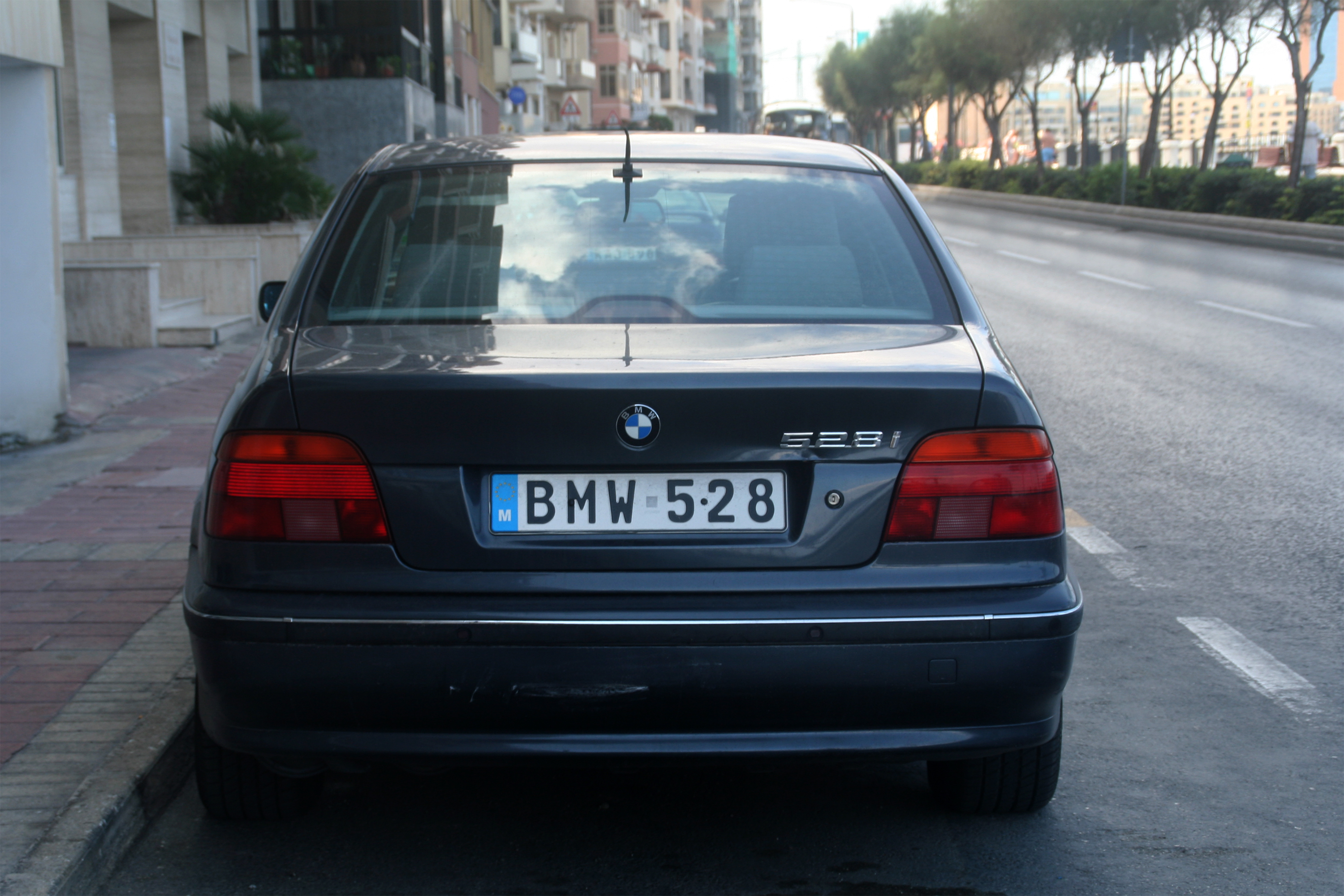 Build A Bmw >> File:Malte - Immatriculation personnalisée - BMW 528.jpg - Wikimedia Commons