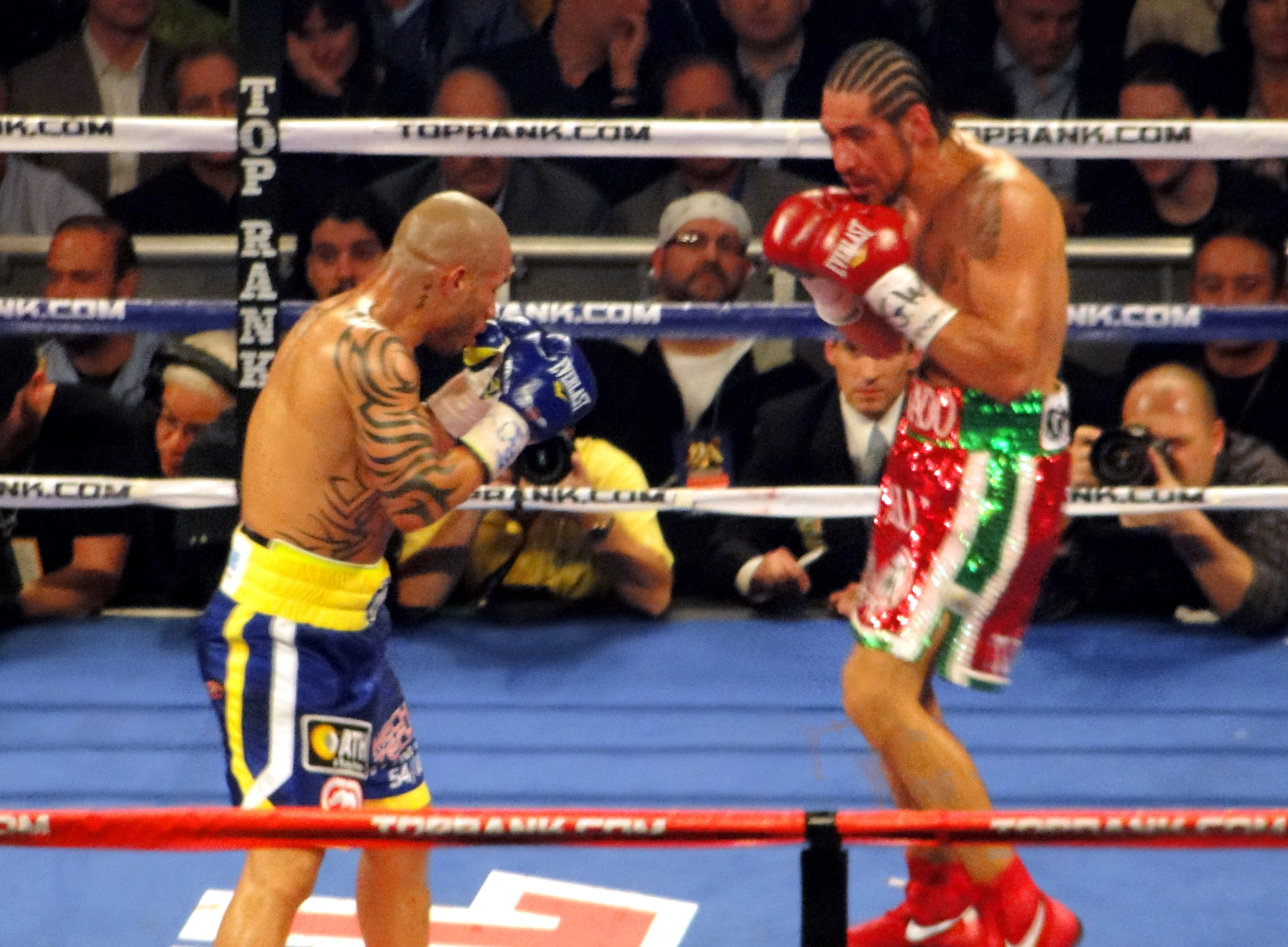 filemiguel cotto vs antonio margarito ii during the fight 2jpg