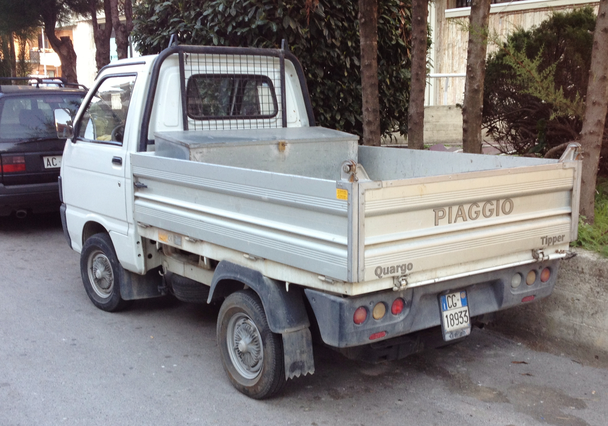 file:piaggio quargo tipper - wikimedia commons