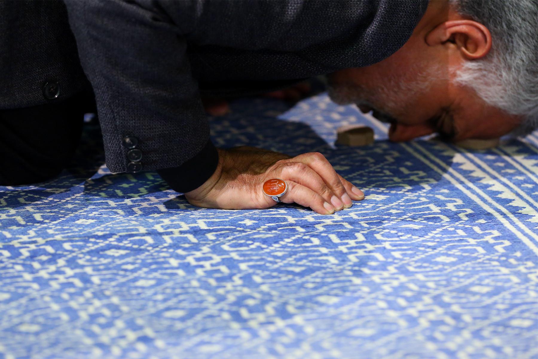 Qasem Soleimani Praying in Imam Khomeini Hossainiah03