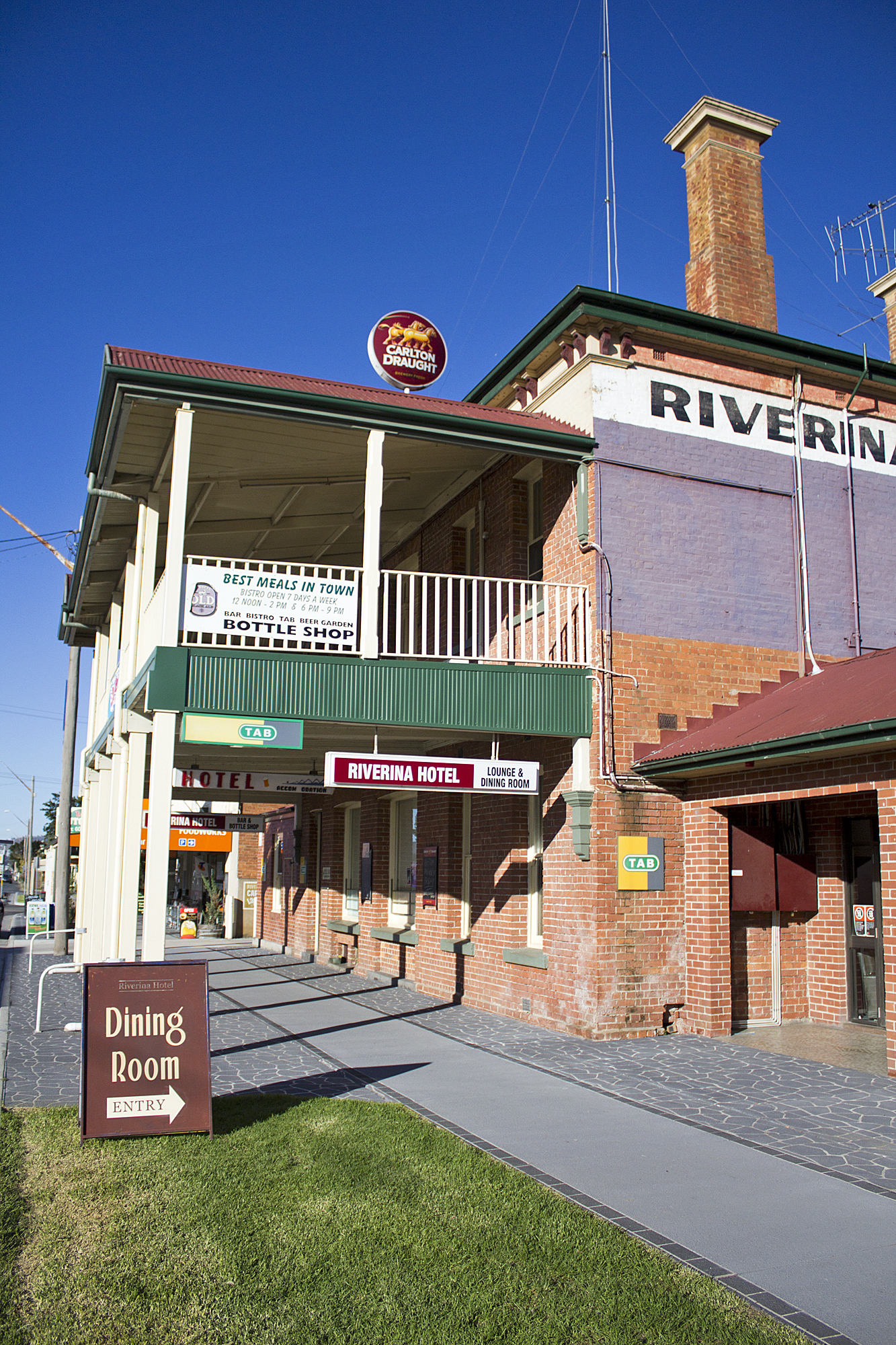File Riverina Hotel Located On The Hume Highway In Holbrook 2 Jpg