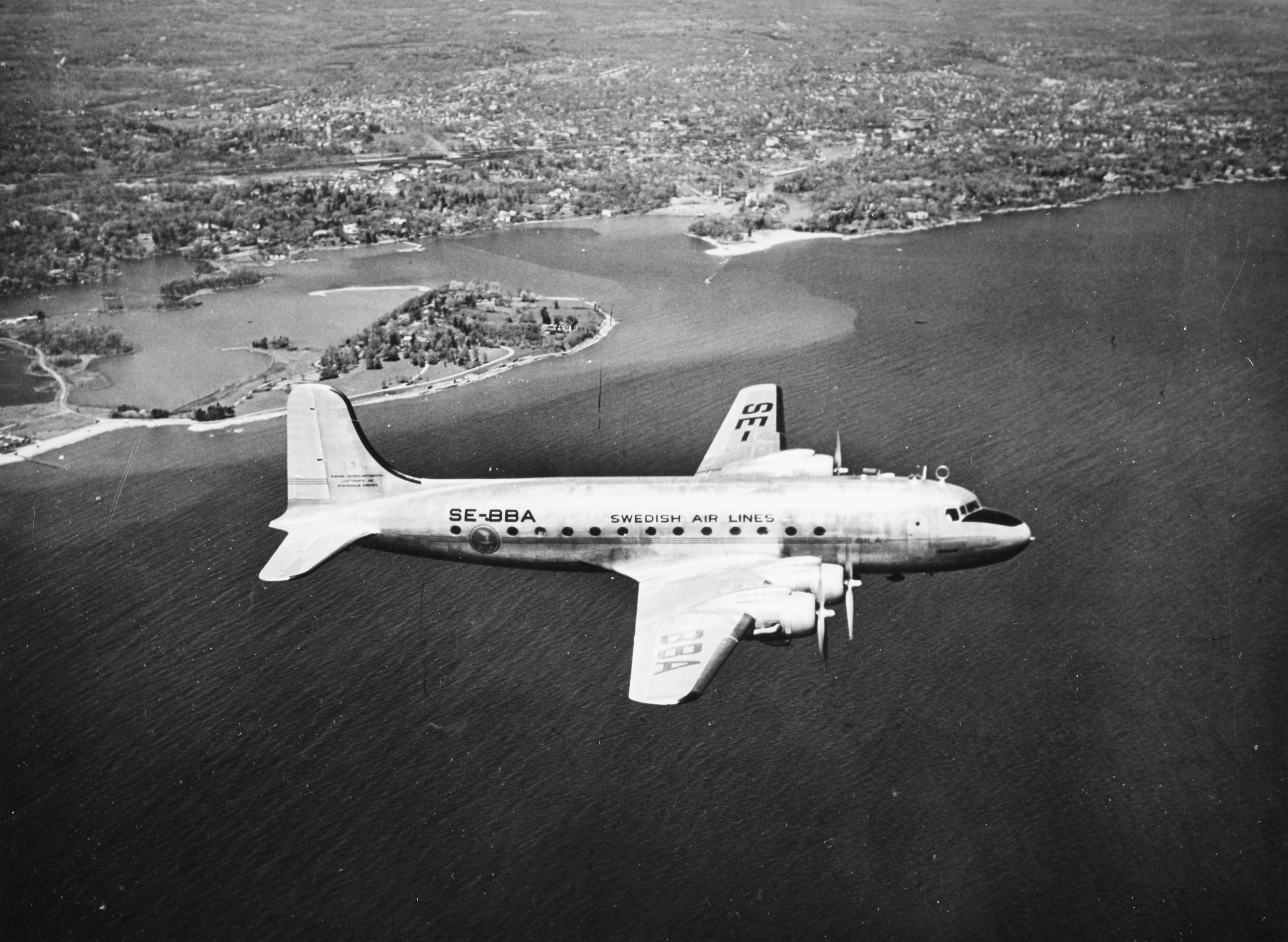SAS DC-4, Sigtrygg Viking SE-BBA in the air, in flight 1940s.jpg
