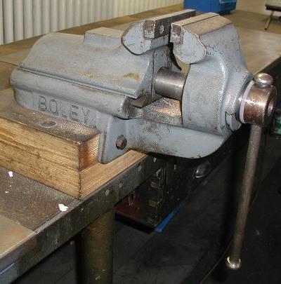Morsa meccanica wikipedia for Morsa da banco idraulica