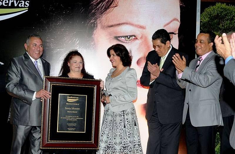 Sonia recibe el reconocimiento como Colección Musical del Banco de Reservas, por Vicente Bengoa Albizu, Margarita Cedeño de Fernández, Cesar Pina Toribio, entre otros.