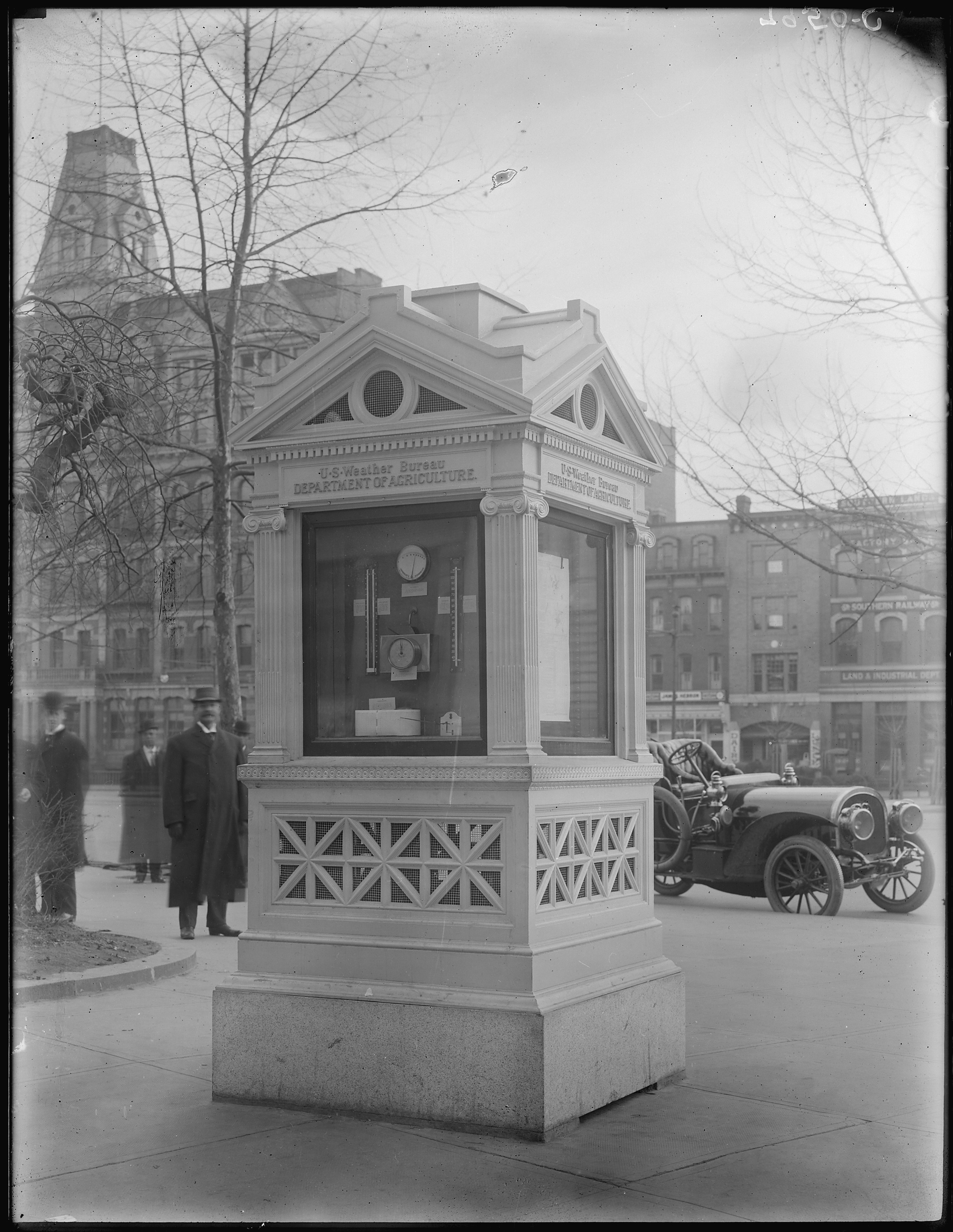 File:U S  Weather Bureau kiosk on Pennsylvania Avenue