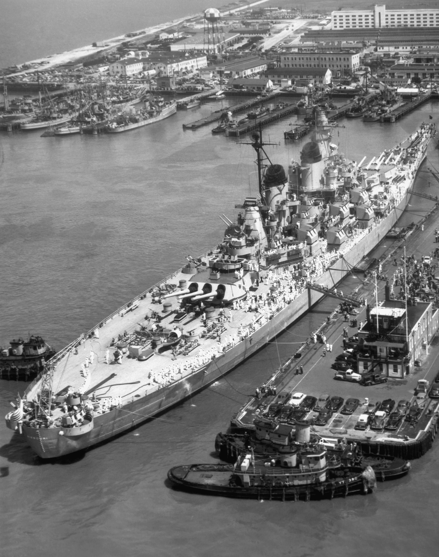 USS_Missouri_BB-63_Norfolk_1951.jpeg