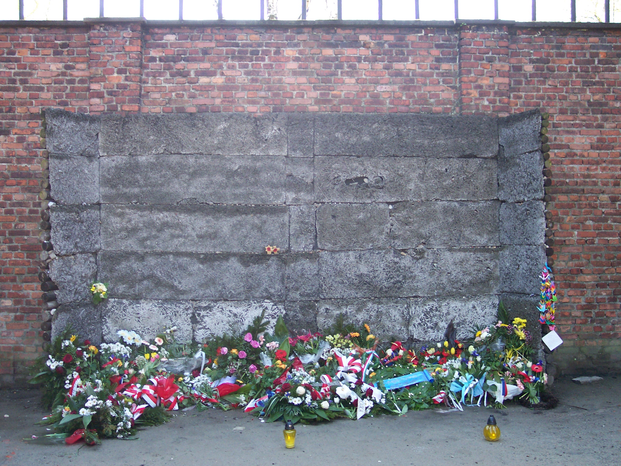 File:Wall of Death in Auschwitz I.jpg - Wikimedia Commons