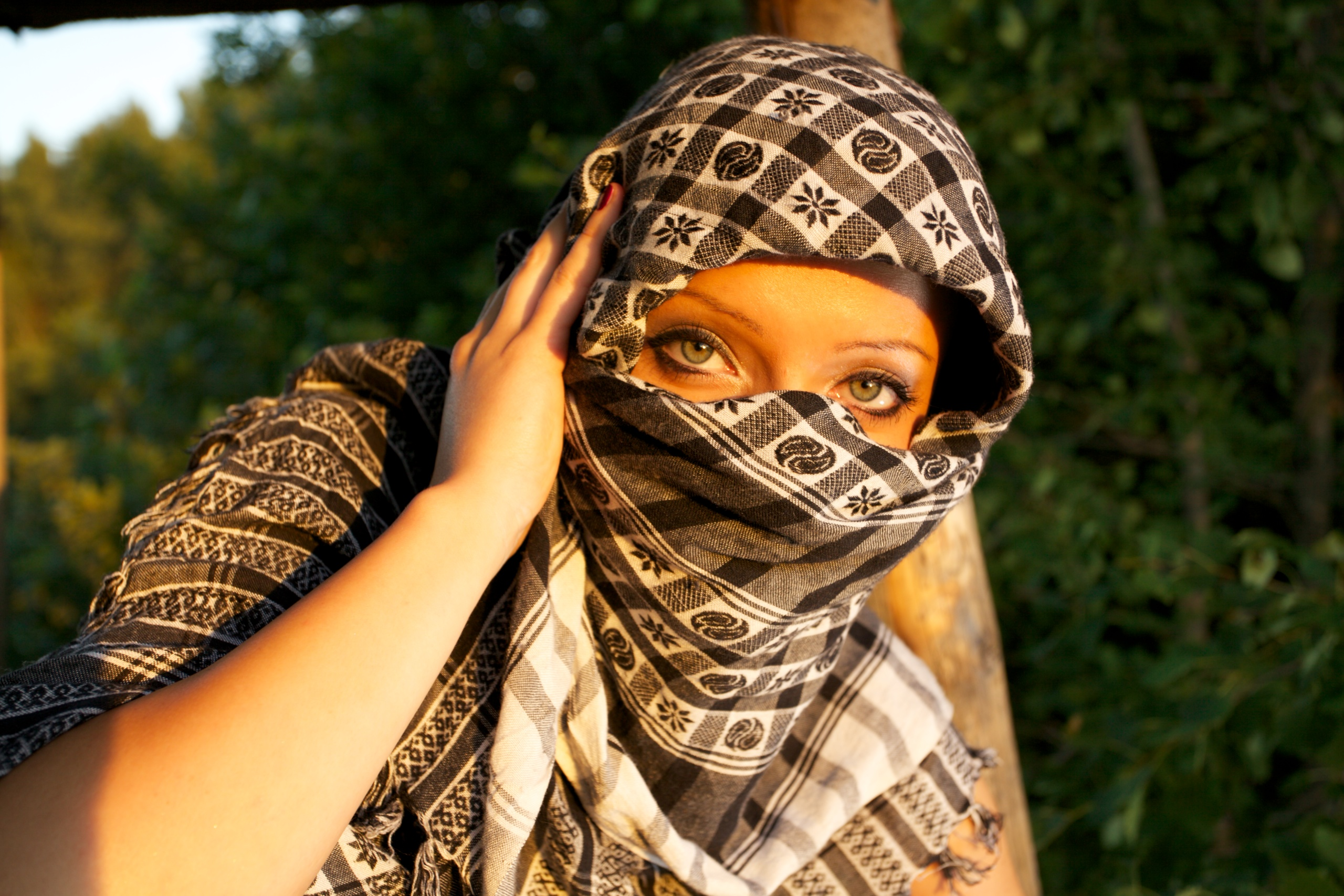 6753d0b87a5 320px-Woman masked by a scarfe