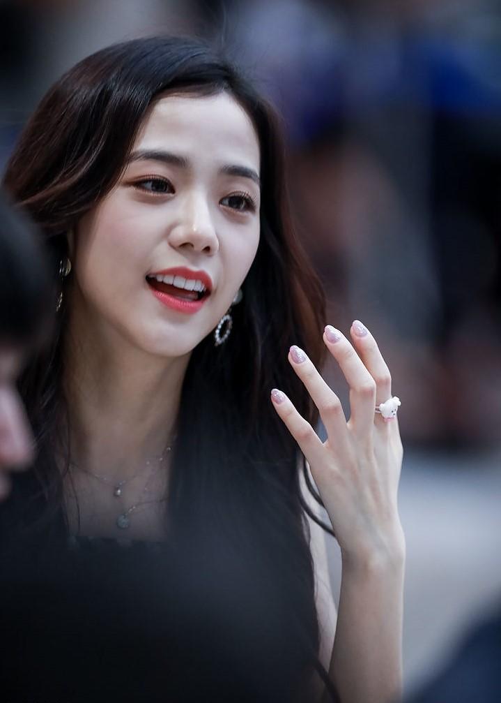 File:(180819) Jisoo em um evento de fansign do Black Pink no Live Plaza da COEX em Seul 04.jpg