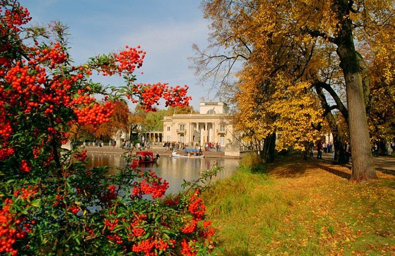 > Automne à Varsovie : Belles couleurs au parc Lazienki devant la statue de Chopin. Photo de Marek and Ewa Wojciechowski.