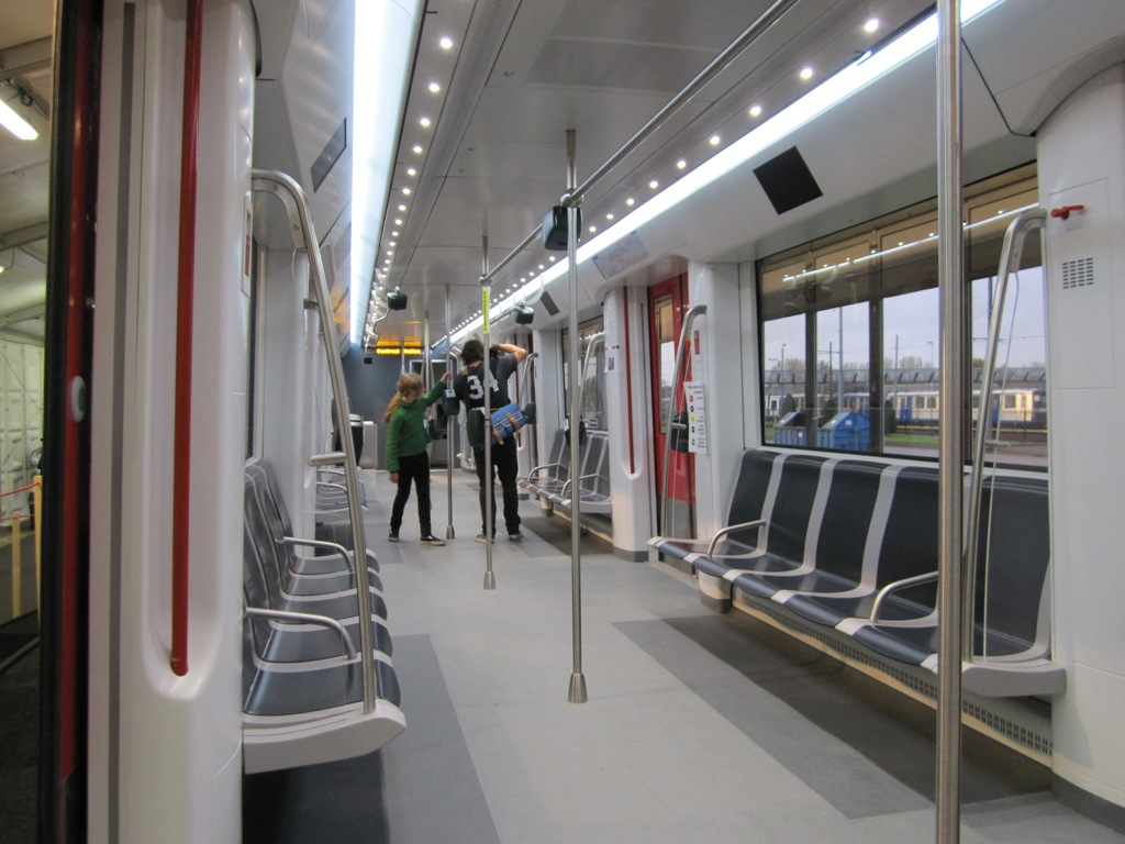 File amsterdam alstom m5 wikimedia commons for Metro interieur