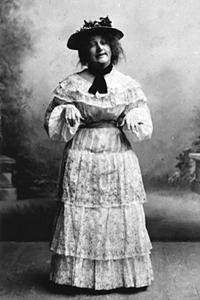 Anna Hofman-Uddgren som Fia Jansson i Emil Norlanders revy Den forgyldte lergøg i Krystalsalonen 1900.