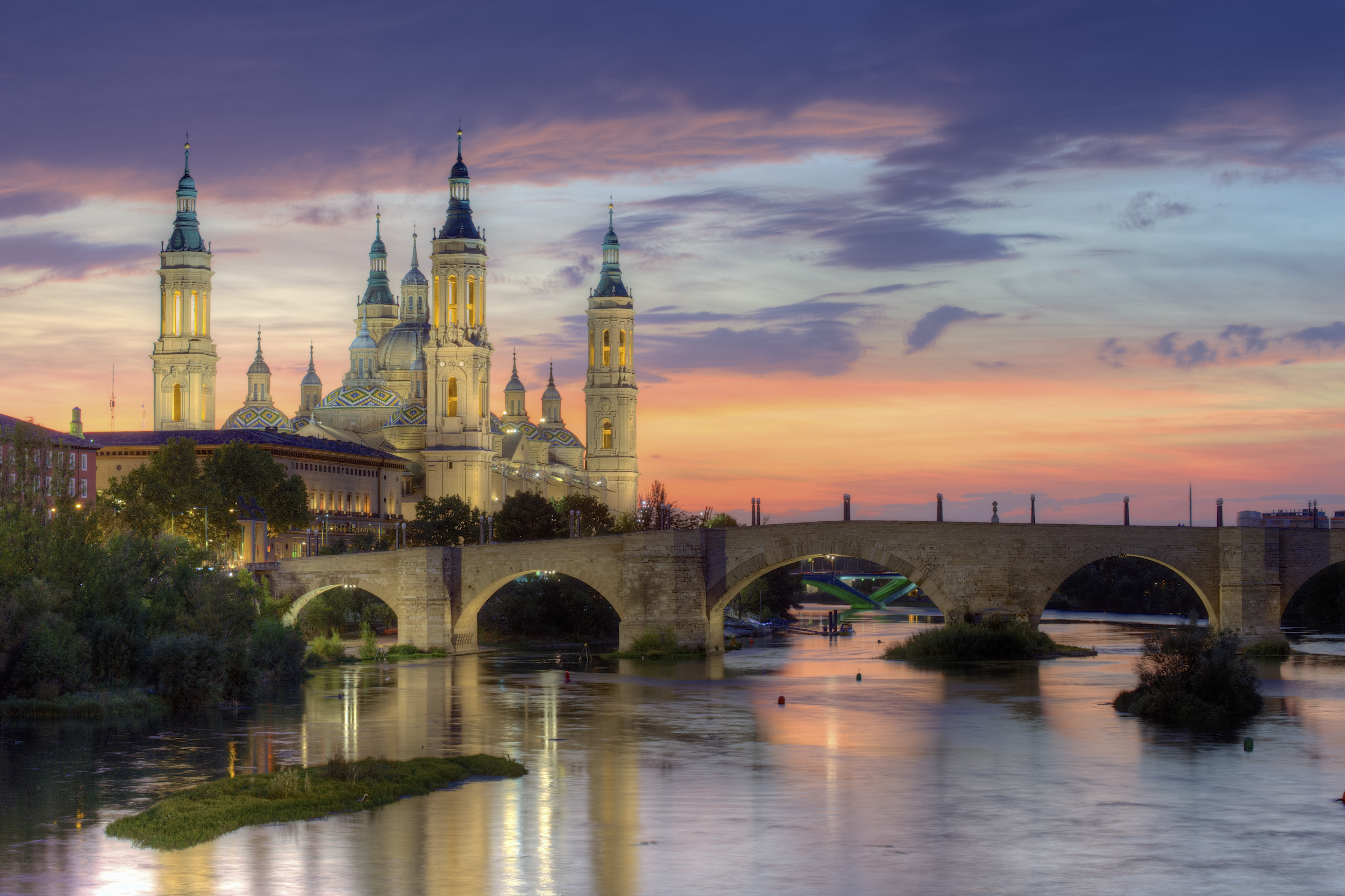 Basilica_of_Our_Lady_of_the_Pillar_and_the_Ebro_River,_Zaragoza.jpg_5400x3597