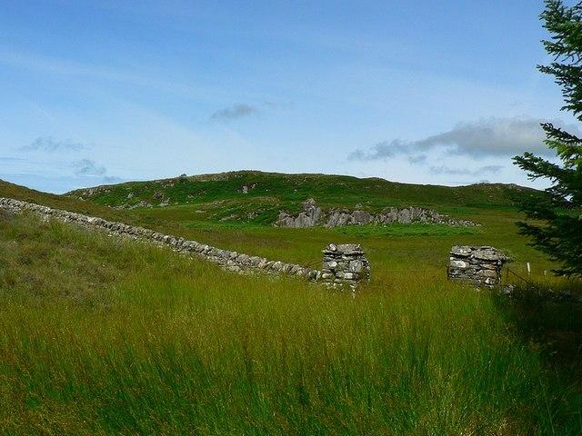 File:Boundary wall and gate, Kirnan Estate - geograph.org.uk - 1097067 ...