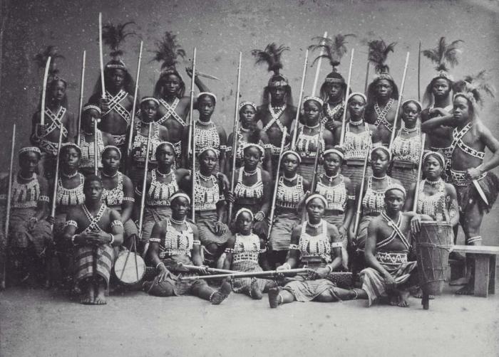 COLLECTIE TROPENMUSEUM Groepsportret van de zogenaamde 'Amazones uit Dahomey' tijdens hun verblijf in Parijs TMnr 60038362
