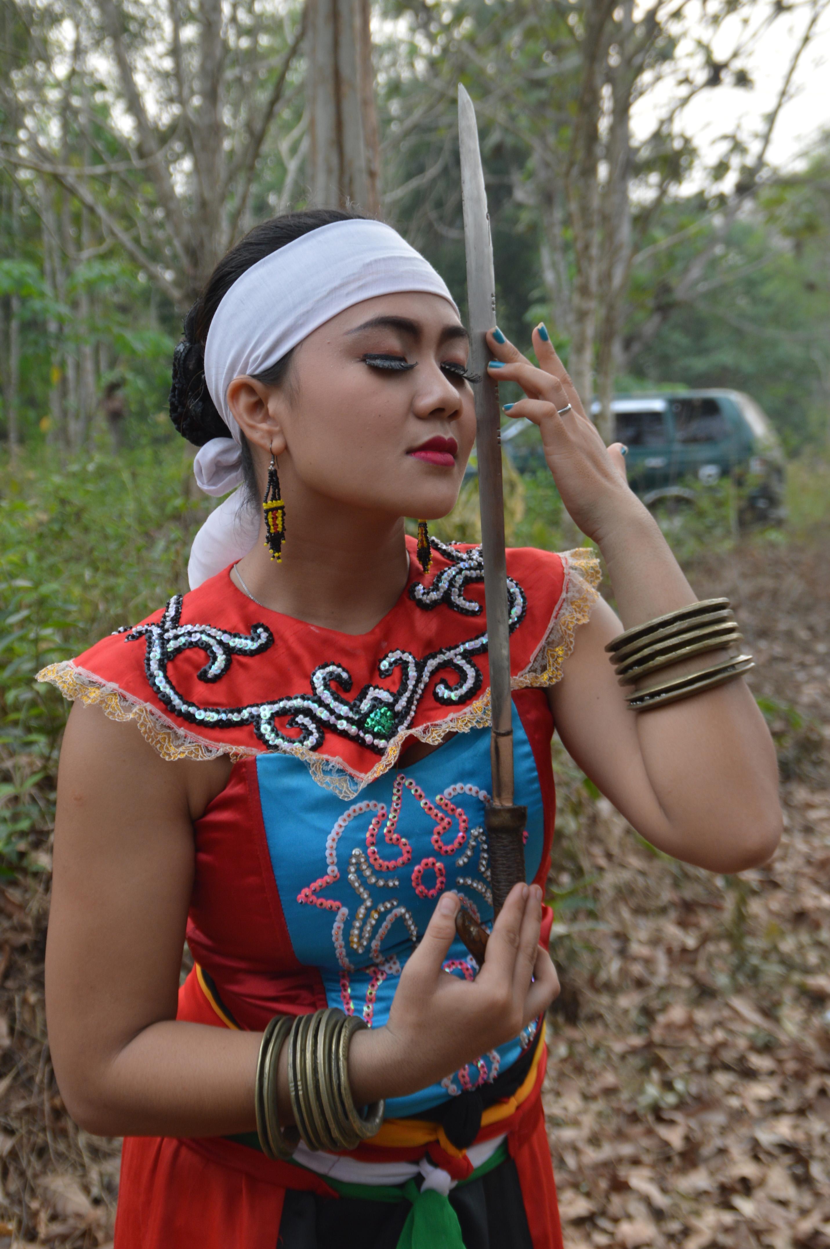 File:Dayak Woman and Mandau 151030002.jpg