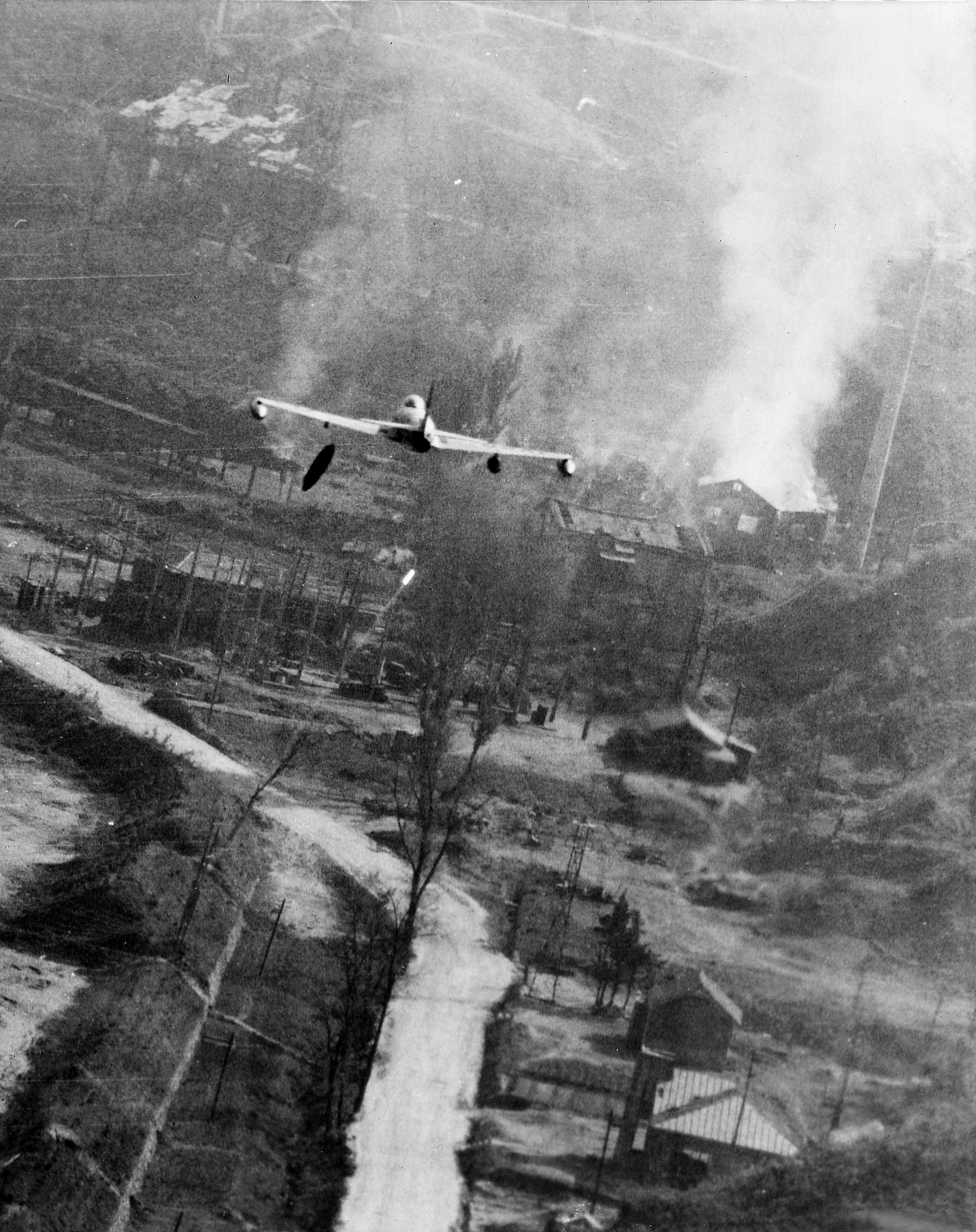 File:F-80C dropping napalm Korea May1952.jpg - Wikimedia ...