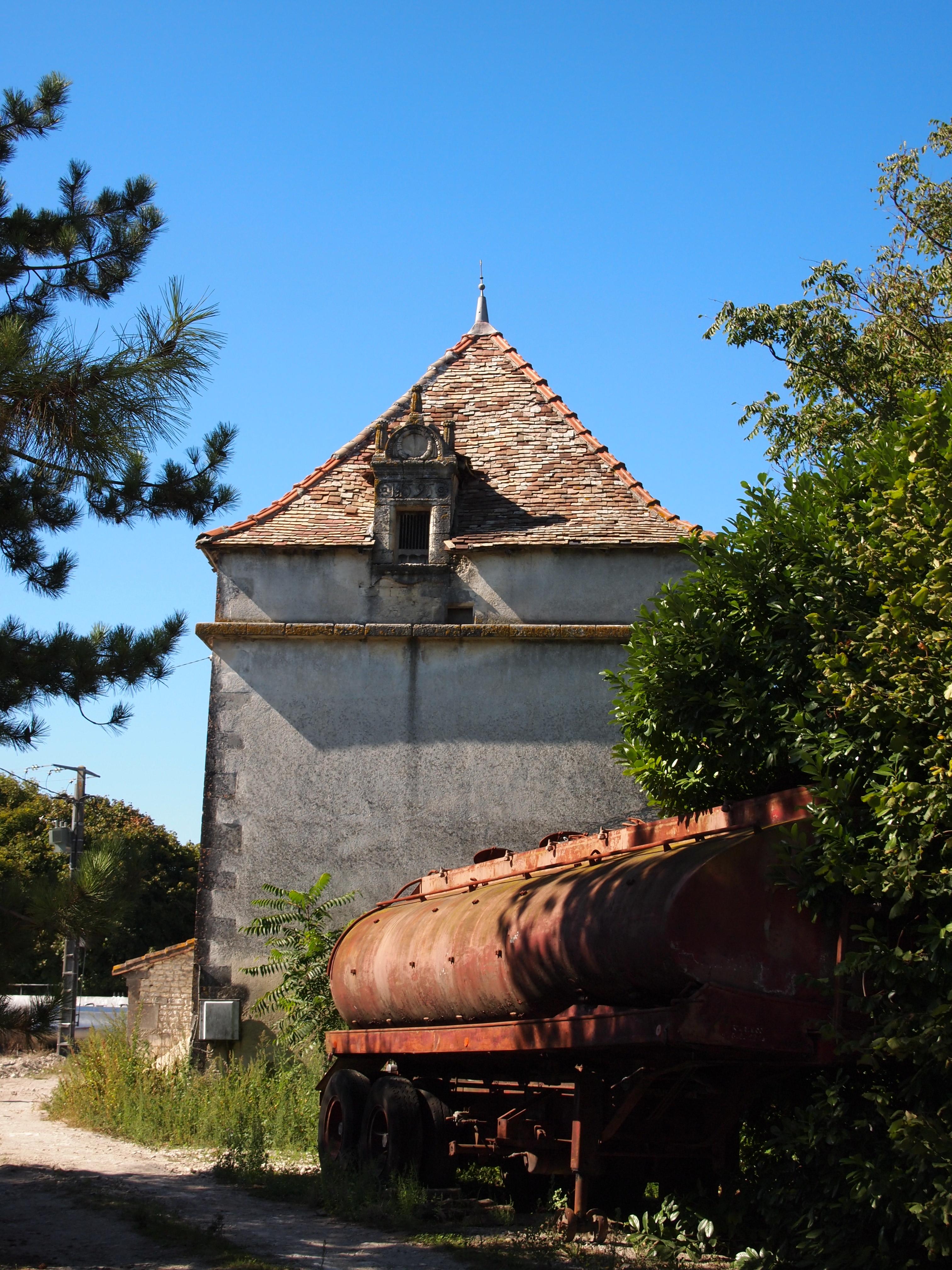 Rochefort u s a friendship les pigeonniers de charente for Architecture symbolique
