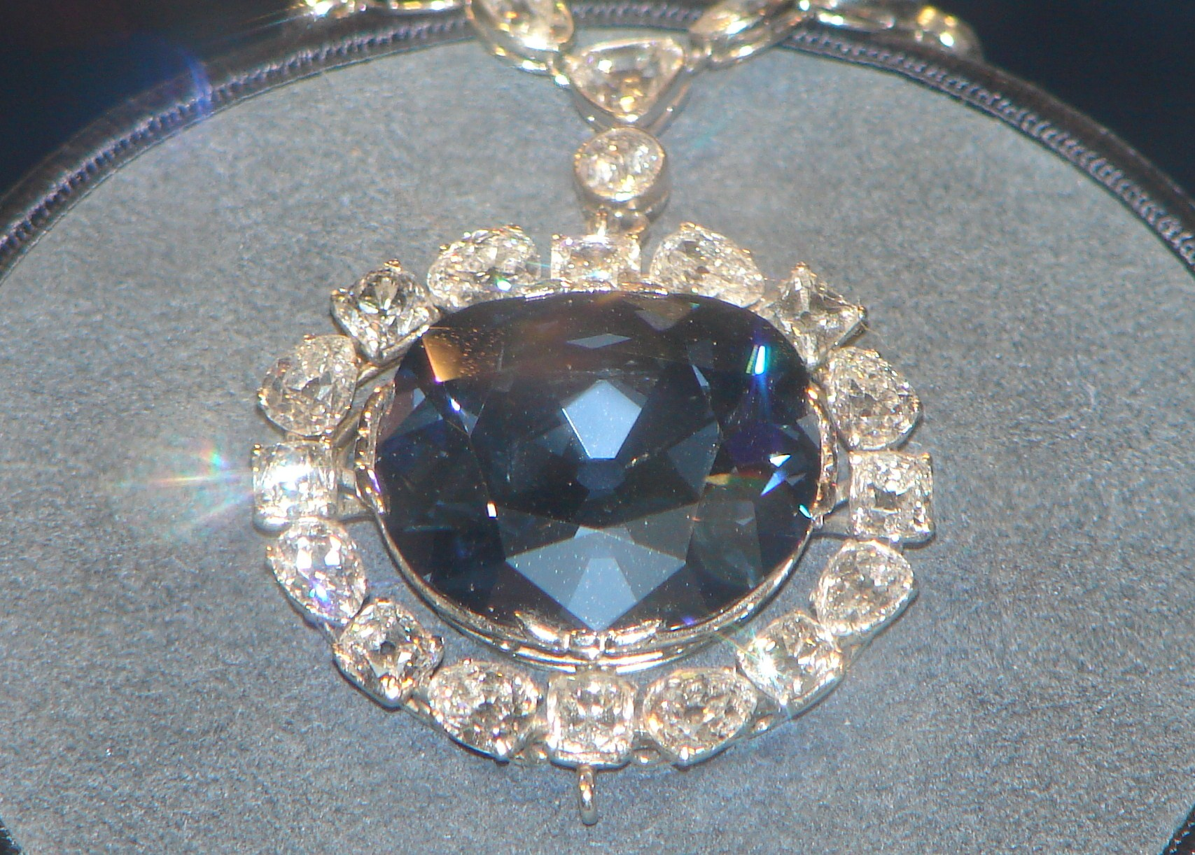 hope diamond The hope diamond, the dresden green, the idol's eye, the portuguese diamond and the moussaieff red – these famous diamonds are spectacularly beautiful jewels that have been admired for centuries.