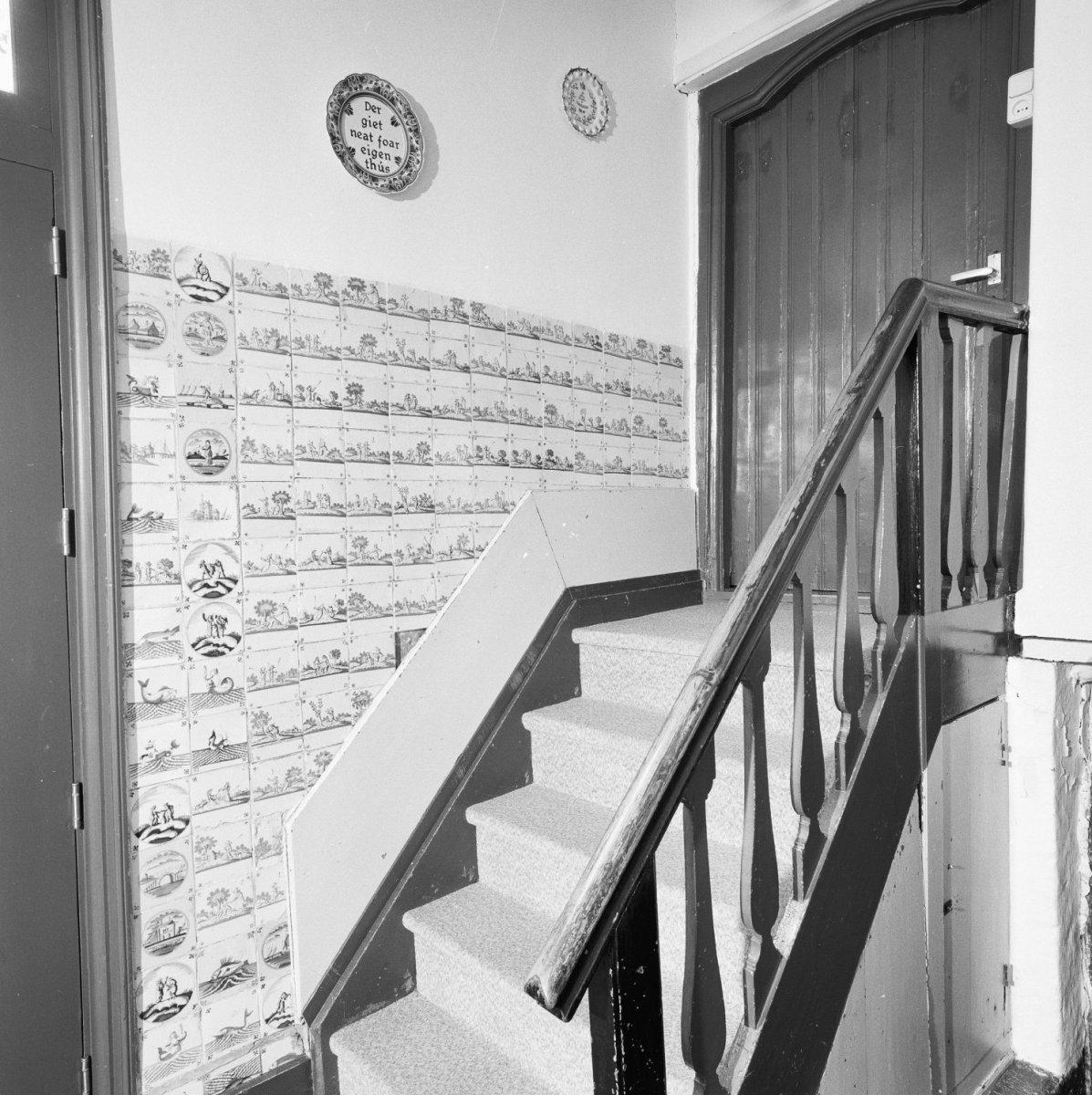 File interieur overzicht hal met beschilderde tegels en trap 20000566 wikimedia - Interieur trap model ...